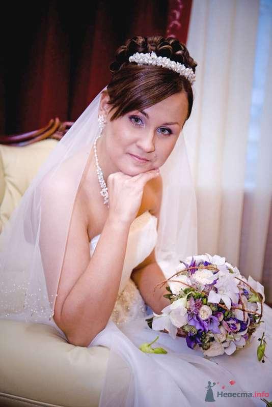 Свадебная прическа на длинные волосы, украшенная жемчужной диадемой и фатой. Свадебный макияж. - фото 73950 Стилист-визажист Кандалова Елена