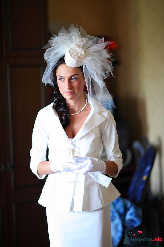 Свадебная прическа на длинные волосы со шляпкой с фатой. Свадебный макияж. - фото 105237 Стилист-визажист Кандалова Елена
