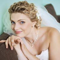 Свадебная прическа на волосы средней длины, украшенная живыми цветами и фатой. Свадебный макияж.