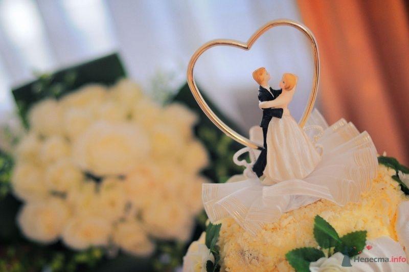 Свадебный торт, украшенный фигуркой молодых под золотым сердцем  - фото 57624 Солнышонок