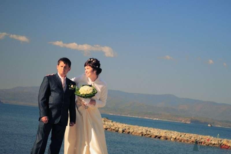 Жених и невеста стоят, прислонившись друг к другу, на берегу - фото 57625 Солнышонок