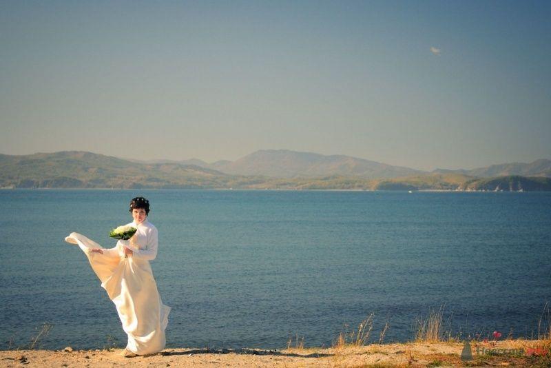 Невеста с букетом цветов стоит на берегу озера - фото 57626 Солнышонок