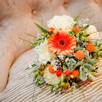 Букет невесты в бело-оранжевых тонах из гвоздик и гербер