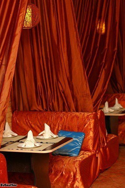 """Уютные столики на 4 человека с диванами и закрывающимися шатрами. - фото 11812210 Лаунж-кафе """"Фантазия"""""""