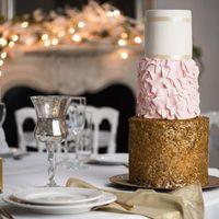 Шикарный свадебный торт ,сочетающий в себе несколько стилей-классику ,нежное кружево и блеск металла