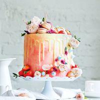 Свадебный торт ,с потрясающей цветочной -фруктовой композицией ,с асимметричным украшением из меренги и нежных цветов.