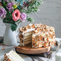 Торт с бисквитом Финансье и творожным кремом Нежный французский миндальный бисквит «Финансье» в дуэте с воздушным творожным муссом.