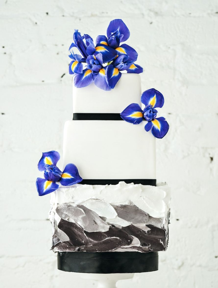 """Классический свадебный торт ,с кремовым акцентом из чёрно-белых художественных мазков на первом ярусе ,с яркими бутонами шикарных ирисов. - фото 12661166 Кондитерская """"Тирамису"""""""