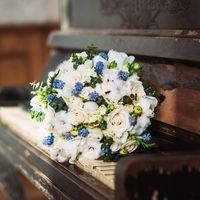 Букет собранный ранней весной из самых весенних цветочков - ранункулусы, голубые мускари, ароматная фрезия, свадебная розочка сорта вендела, коробочки хлопка, пионовидные тюльпаны, кустовая розочка и зелень эвкалипта.  Девочки-невесты,пишите пожалуйста мн