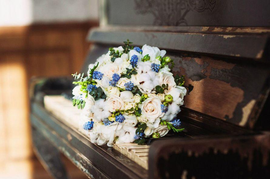 """Букет собранный ранней весной из самых весенних цветочков - ранункулусы, голубые мускари, ароматная фрезия, свадебная розочка сорта вендела, коробочки хлопка, пионовидные тюльпаны, кустовая розочка и зелень эвкалипта.  Девочки-невесты,пишите пожалуйста мн - фото 12254056 Студия флористики """"Арнаменты"""""""