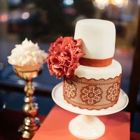 Тортик, который также сделали Клаус кафе, отлично вписывался в общий концепт свадьбы, и прекрасно смотрелся на сладком столе.