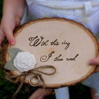 Деревянная подставка для колец с льняной розой