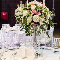 Композиция на гостевых столах - живые цветы на высоком канделябре, светодиодные свечи