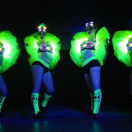Встреча гостей в световых костюмах