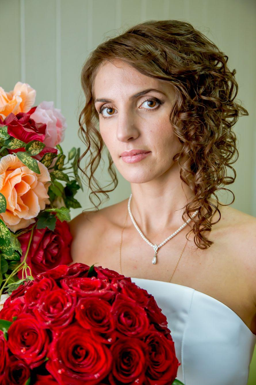 Невеста с прической из полу распущенных мелких спиральных локонов, средней длинны, уложенных на бок, с классическим макияжем в - фото 3136189 Видеограф Буфетов Андрей