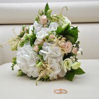 Букет невесты с гортензией, фрезией, астильбой и розой в бело-розовых оттенках