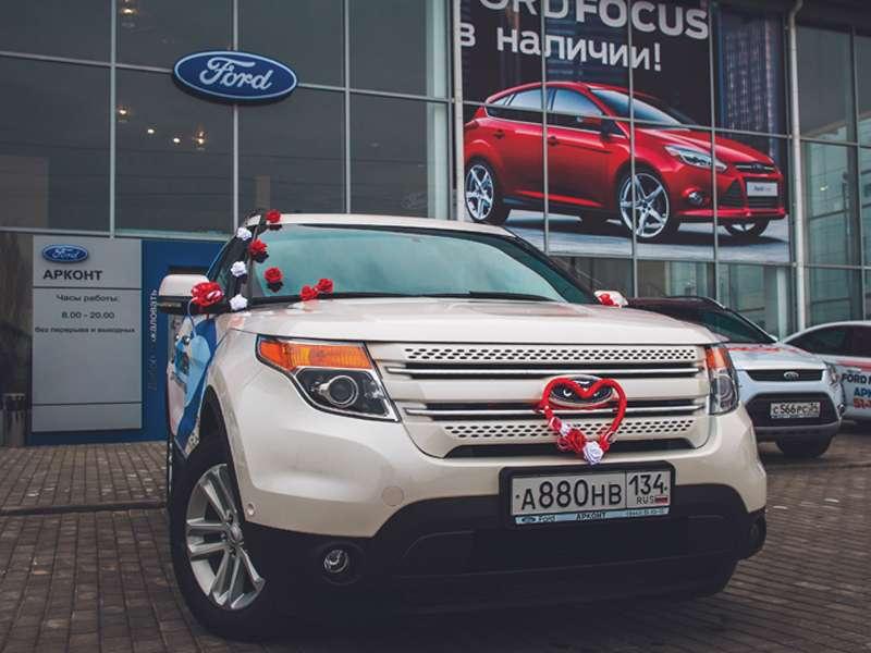 """Бежевый """"Форд"""" украшенный россыпью белых и розовых роз, сердцем из красного атласа. - фото 1123015 """"Магазин праздника"""" - свадебные аксессуары"""