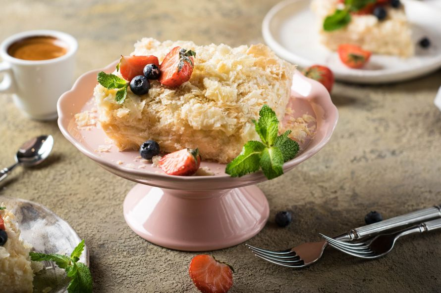 """Праздничный торт - изюминка торжества! Хотите удивить гостей, порадовать любимых? - закажите торт в ресторане Mia Famiglia!  Мы подарим Вам торт с зажженными свечами или фейерверками!  Шеф-кондитер Mia-Famiglia предлагает изготовить на заказ: - йогуртовый - фото 17075000 Ресторан """"Mia famiglia"""""""