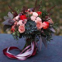 Букет невесты с суккулентом, тюльпанами, розами капучино, пионовидной кустовой розочкой, астильбой, астранцией и двумя видами зелени