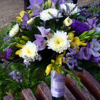 Сиренво-желтый букет невесты их астр и фрезий