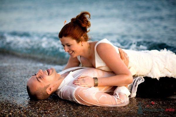 """Жених и невеста лежат, прислонившись друг к другу, на пляже у моря - фото 35118 Свадебное агентство """"Пятая Авеню"""""""