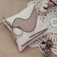 Льняная подушечка для колец с птичкой