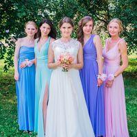 невеста с подружками невесты, цветочные браслеты, букет невесты