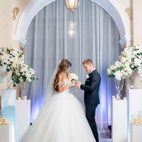 выездная церемония, выездная регистрация, роскошная невеста, бело-золотая свадьба, белые колонны, свечи