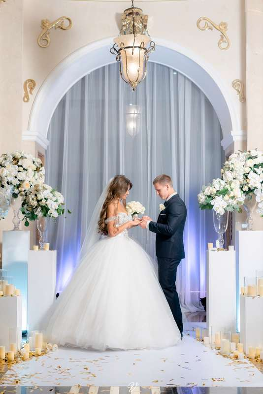 выездная церемония, выездная регистрация, роскошная невеста, бело-золотая свадьба, белые колонны, свечи - фото 14287354 Vse sezony - студия декора и флористики