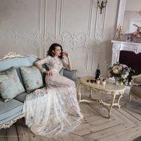 """Модель """"Анабель"""" - кружевное будуарное платье для настоящей королевы!  В этом платье прекрасны все элементы:  - кружево высокого качества; - роскошный длинный шлейф; - утонченная открытая спинка; - атласный поясок.  • Материал - кружево.   • Цвет - кремов"""