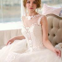 Нежный и легкий образ невесты - на пике свадебной моды этого сезона!  Макияж для карих глаз в коричневых тонах и губы ягодного оттенка гармонируют со светлой кожей невесты.  Волосы забраны в пучок из волнистых локонов.  Макияж и прическа: [id357266152|Еле