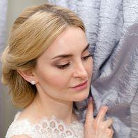 Нежный свадебный макияж в естественных тонах, чтобы подчеркнуть натуральную красоту невесты.   Волосы забраны назад и украшены гребнем.  Макияж и прическа: [id357266152|Елена Трушина] Фотограф: [id21754146|Лиана Хазиева] Платье и аксессуары: [club36845659