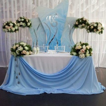 Оформление зала в нежно голубом и молочном цвете