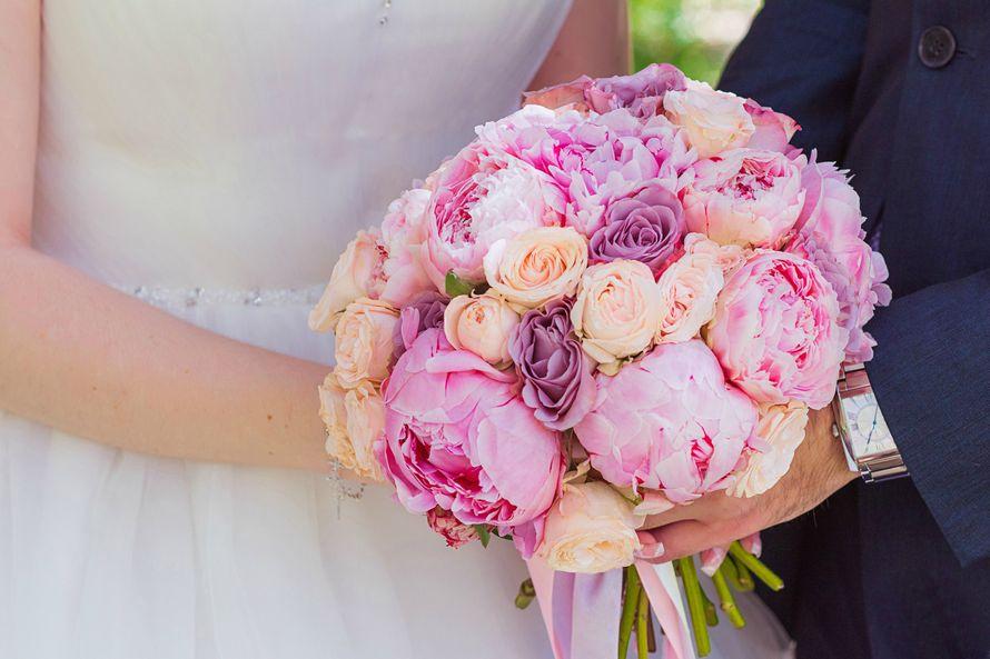 Нежный букет невесты из пионов и роз