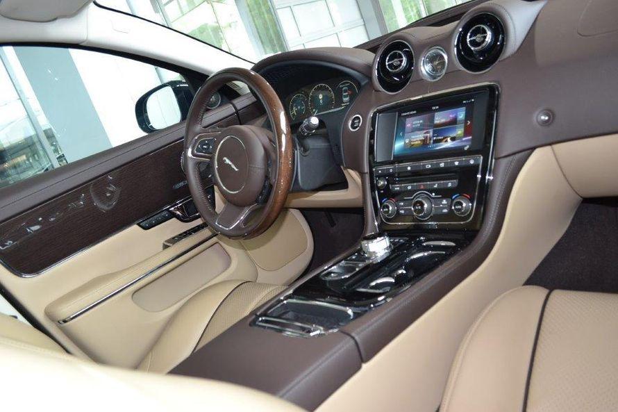 """Безупречный Jaguar XJ (2016). Салон: светлая кожа, чётырёхзонный климат-контроль, люк. - фото 13986266 Транспортная компания """"Алмаз авто"""""""