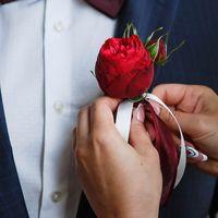 Бутоньерка жениха. Фото: Елена и Илья Беловы ()