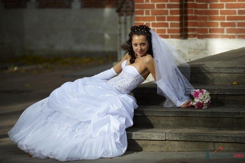 Невеста в длинном белом платье сидит на ступеньках в парке - фото 61244 Tashechka