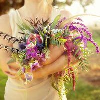 Оригинальный букет невесты  из фиалок