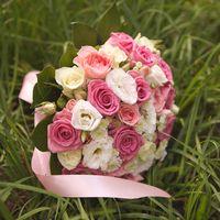 Розовый букет невесты внес свою лепту в создание романтического образа невесты