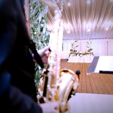 Выступление саксофониста на празднике