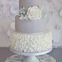 Трехуровневый свадебный торт в нежных пастельных оттенках