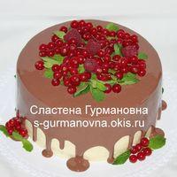 Праздничный с глазурью и ягодами, внутри медовый со сметанным кремом, черносливом и грецким орехом