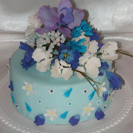 Свадебный торт с сахарными цветами, кружевом, сложным декором