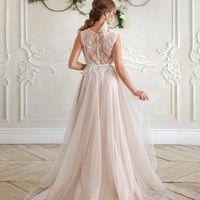 Летящее платье невесты с перьями