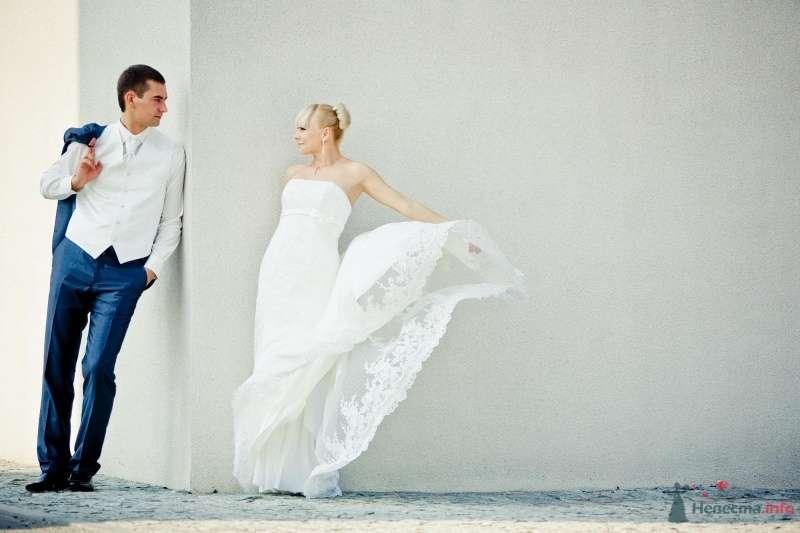 Жених и невеста стоят возле белой стены - фото 61578 Liska