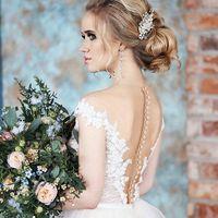 Каким должен быть свадебный букет? Важно помнить,что цветы лишь украшают и дополняют образ невесты,а не наоборот. Например, если наряды молодоженов имеют богатый декор, расписанный кружевом,бархатом,золотыми нитями, то букет лучше сделать более спокойным