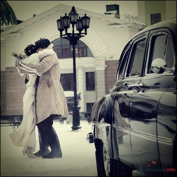 Жених и невеста, прислонившись друг к другу, стоят на фоне здания и машины - фото 68325 Вашкетова Юлия - организатор свадеб, флорист.
