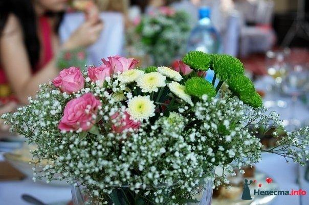 Букет из розовых роз, гипсофилы, зеленых и белых шаровидных хризантем.