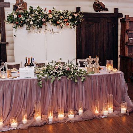 Оформление зала в пудровом цвете со светлым деревянным фоном
