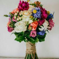 3600р В комплекте: букет, бутоньерка из живых цветов для жениха и 2 бутоньерки для свидетелей из искусственных.